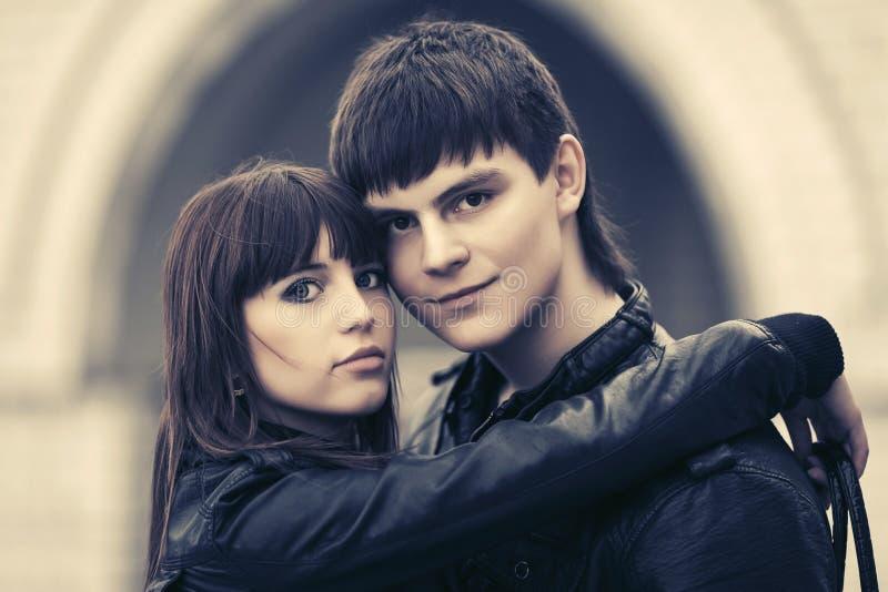 在拥抱在城市街道上的爱的愉快的年轻夫妇 图库摄影
