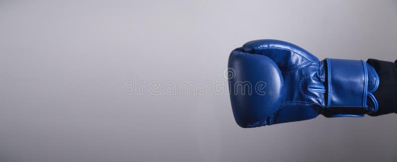 在拳击手套的手 事务,力量,体育 库存照片