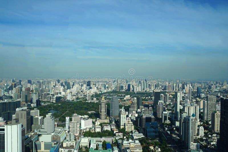 在曼谷地平线的摩天大楼大厦有Lumpini公园视图 免版税图库摄影