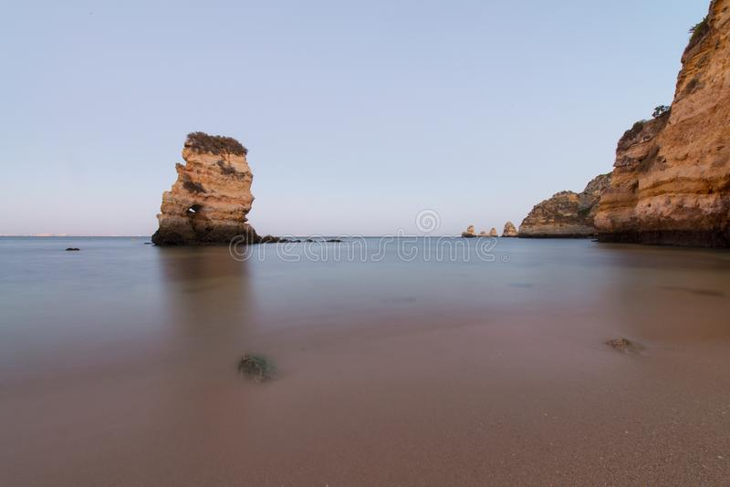 在普腊亚的长的曝光在拉各斯附近做卡米洛一个美丽的海滩,在阿尔加威,葡萄牙 免版税库存图片