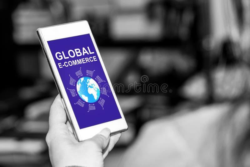 在智能手机的全球性电子商务概念 库存图片