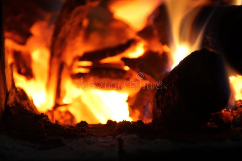 在火炉烹调的,炭烬,发光的煤炭的燃烧的木柴 免版税库存图片