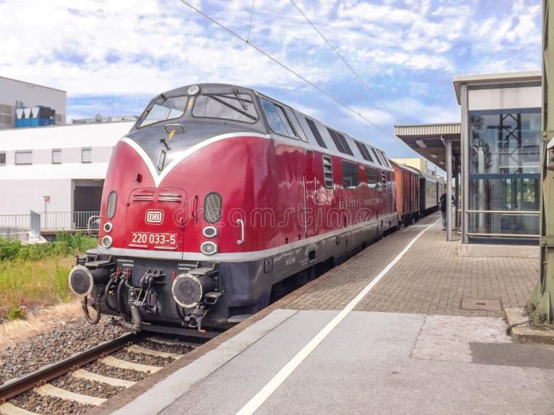在火车站的柴油引擎 免版税库存图片