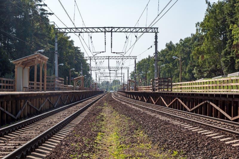 在火车站的木平台 免版税库存照片