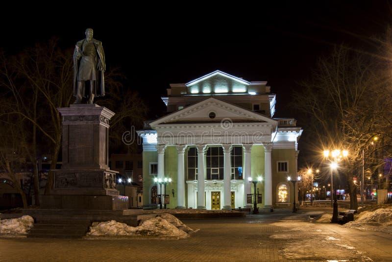 在灯笼下光的一个冬天晚上  图库摄影