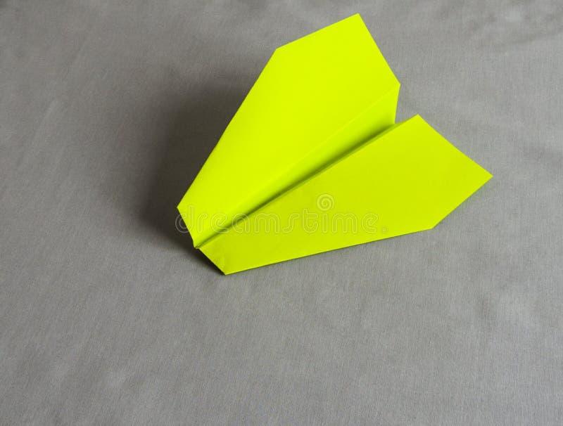 在灰色背景的绿皮书飞机 免版税库存照片