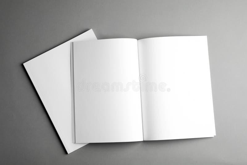 在灰色,顶视图的开放和闭合的空白的小册子 嘲笑为设计 库存图片