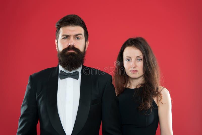在礼服的典雅的夫妇 事件经理 正式的方式 在爱的浪漫企业夫妇 迅速增加庆祝玻璃例证马蒂尼鸡尾酒当事人 爱 库存图片