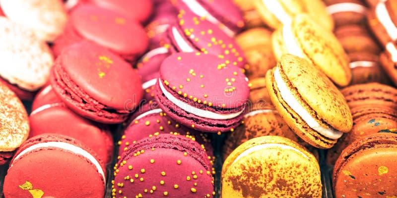 在礼物盒和蛋白软糖的杏仁饼 多彩多姿的蛋白甜饼特写镜头顶视图 甜面团和花 选择聚焦 免版税库存照片