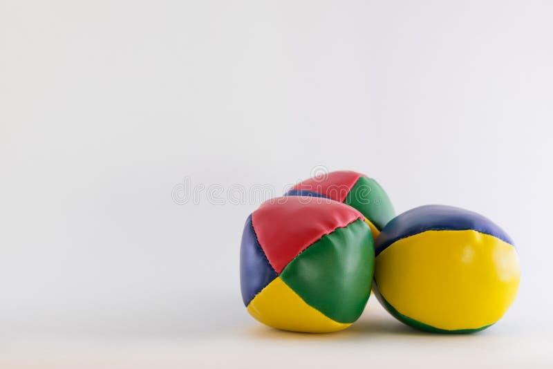 在空白的白色背景的三个玩杂耍的球 免版税图库摄影
