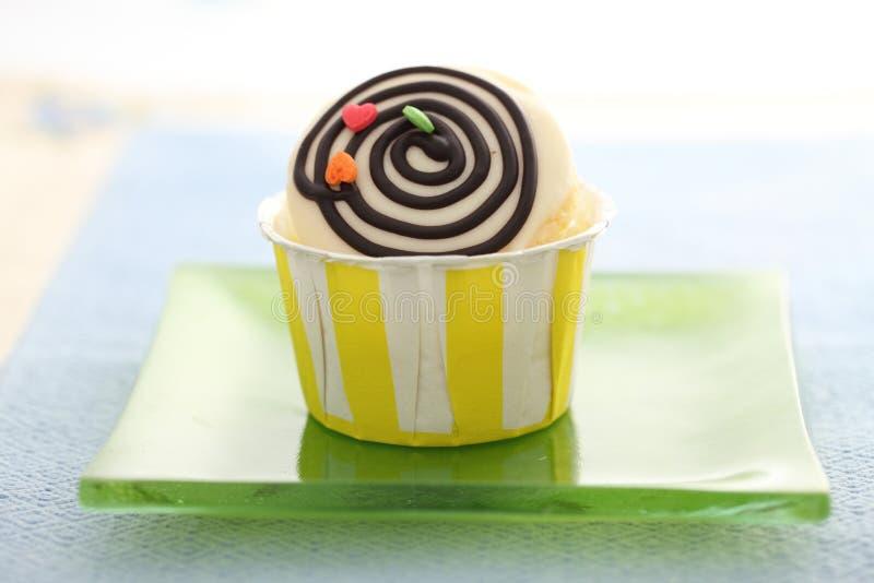 在空白背景中查出的杯形蛋糕 免版税库存图片