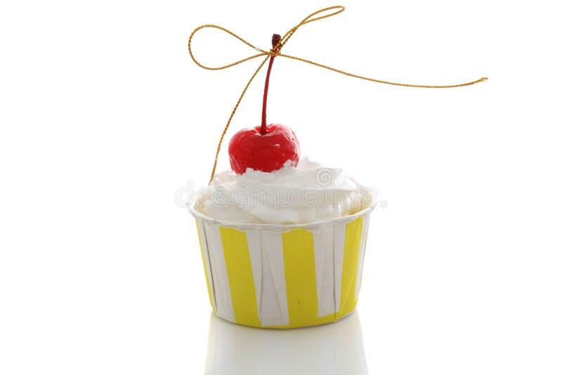 在空白背景中查出的杯形蛋糕 免版税图库摄影