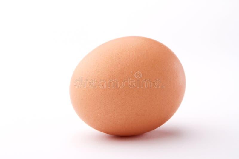 在空白背景查出的一个红皮蛋 免版税图库摄影