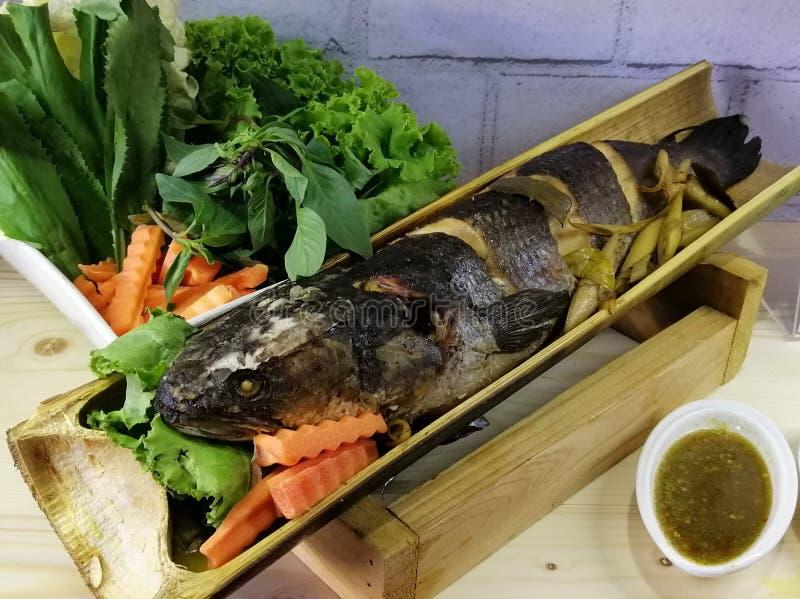 在竹子,泰国食物的被蒸的鱼 免版税库存图片