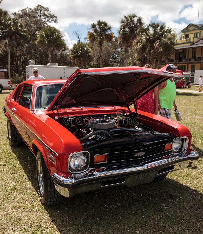 在第10个每年经典汽车和工艺展示的红色1973风俗薛佛列新星SS 350小轿车 库存图片