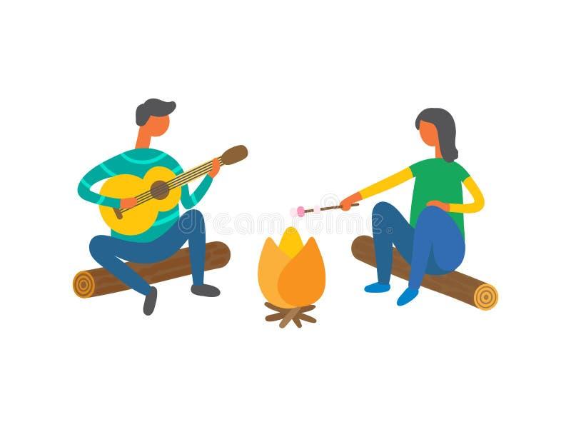 在篝火唱歌歌曲附近的夫妇和烹调食物 皇族释放例证