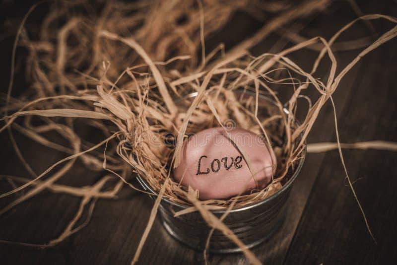 在篮子的桃红色复活节爱鸡蛋 库存图片