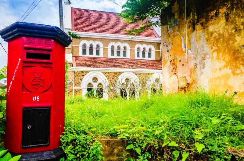 在红色岗位箱子的看法在诸圣日英国国教的教堂前面在加勒,斯里兰卡 免版税图库摄影