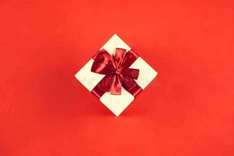 在红色背景的美丽的当前箱子 免版税库存照片