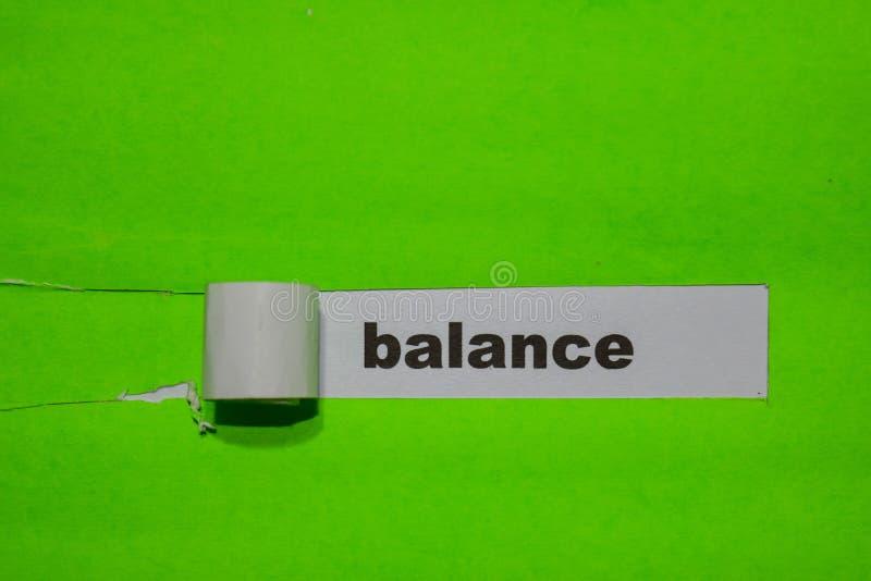 在绿色被撕毁的纸的平衡、启发和企业概念 库存照片