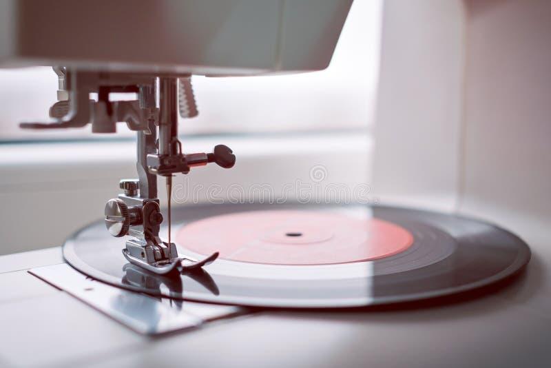 在缝纫机的乙烯基 如何使用老材料概念 免版税图库摄影