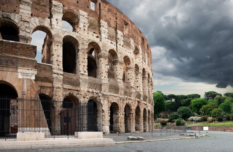 在罗马斗兽场的雷雨云 图库摄影