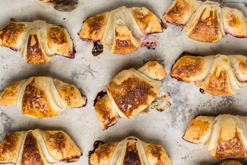 在羊皮纸,顶视图的新近地被烘烤的新月形面包 早餐咖啡时间 背景中断咖啡新月形面包杯子甜点 brunching 法国午餐 免版税图库摄影