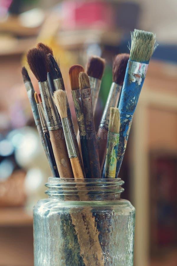 在玻璃瓶子的使用的画笔 免版税库存照片