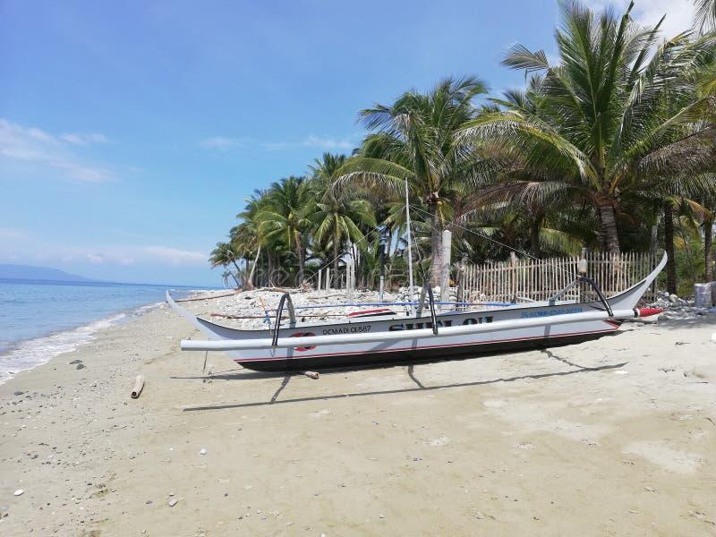 在热带海滩的菲律宾bangka小船 图库摄影