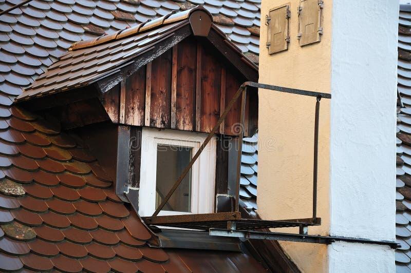 在烟囱旁边的小平台在老房子 免版税库存照片
