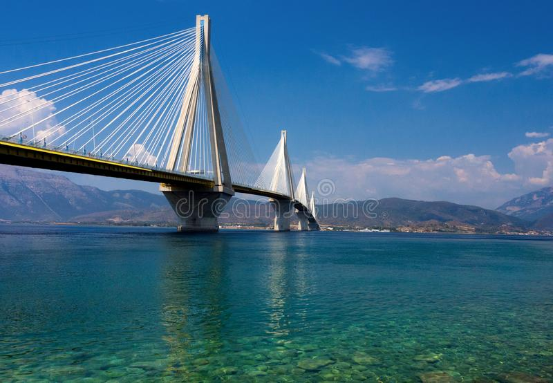 在爱奥尼亚海的独特的Rio–Antirrio桥梁在伯罗奔尼撒在希腊在一好日子 免版税库存图片
