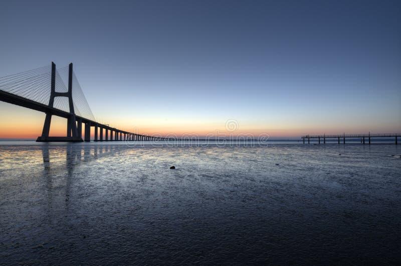 在瓦斯考de Gama Bridge的蓝色小时在里斯本 蓬特瓦斯考de Gama,里斯本,葡萄牙 免版税库存照片