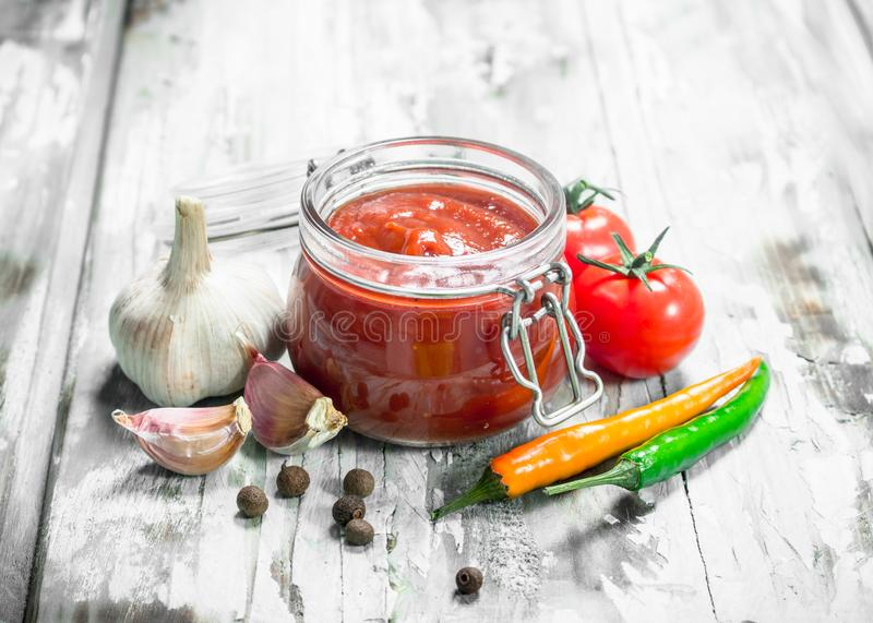在瓶子和香料的西红柿酱 免版税库存图片