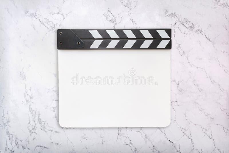 在白色大理石背景的白色墙板 拍板模板 平的位置 库存图片