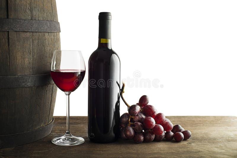 在白色和玻璃隔绝的红葡萄酒瓶 免版税库存图片