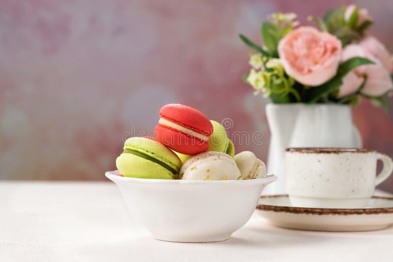 在白色碗的五颜六色的法国或意大利macarons曲奇饼有背景的拷贝空间的 服务的点心用下午茶或 免版税库存照片
