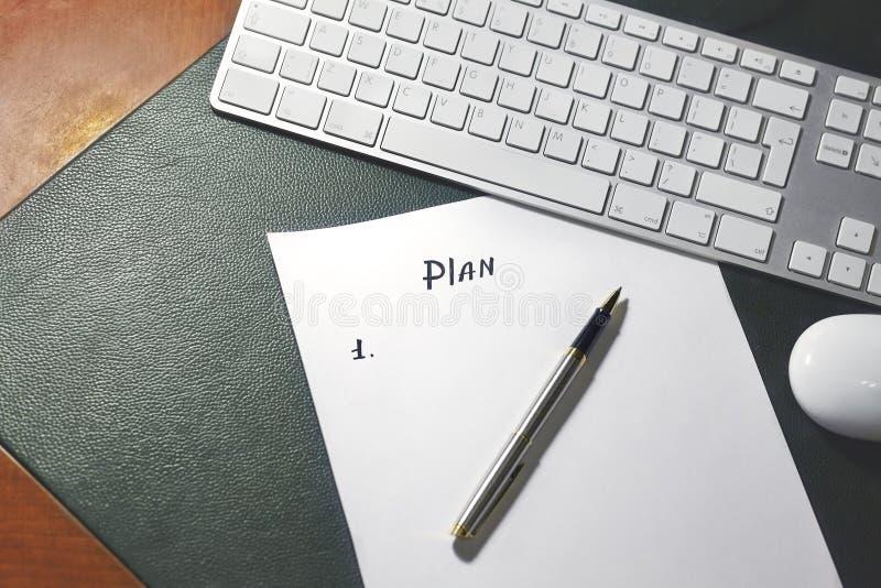在白色纸片的笔写的项目新的计划的概念序列,在与绿色皮革盖子的木桌上 图库摄影