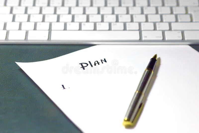 在白色纸片的笔写的项目新的计划的概念序列,在与绿色皮革盖子的木桌上 免版税库存照片