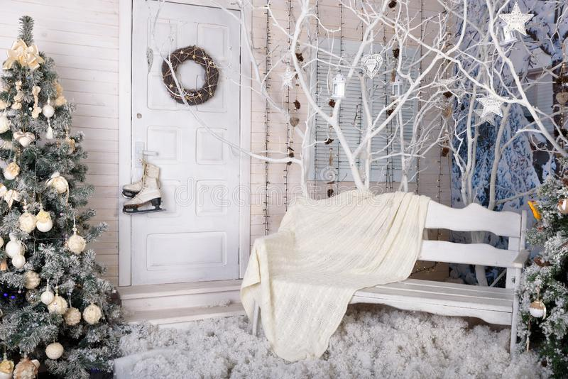 在白色装饰的新年照相馆 免版税库存照片
