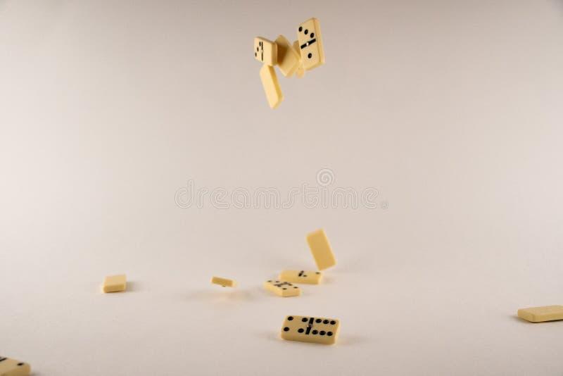 在白色背景的下跌的多米诺 图库摄影