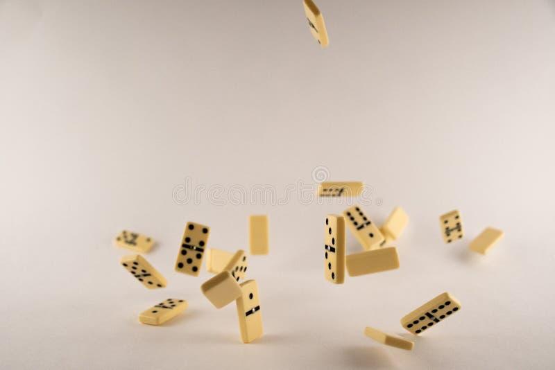 在白色背景的下跌的多米诺 免版税库存图片