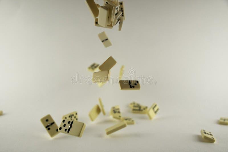 在白色背景的下跌的多米诺 免版税库存照片