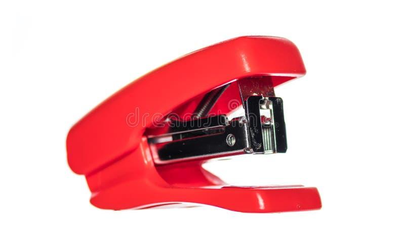 在白色背景的小短的红色订书机 库存照片