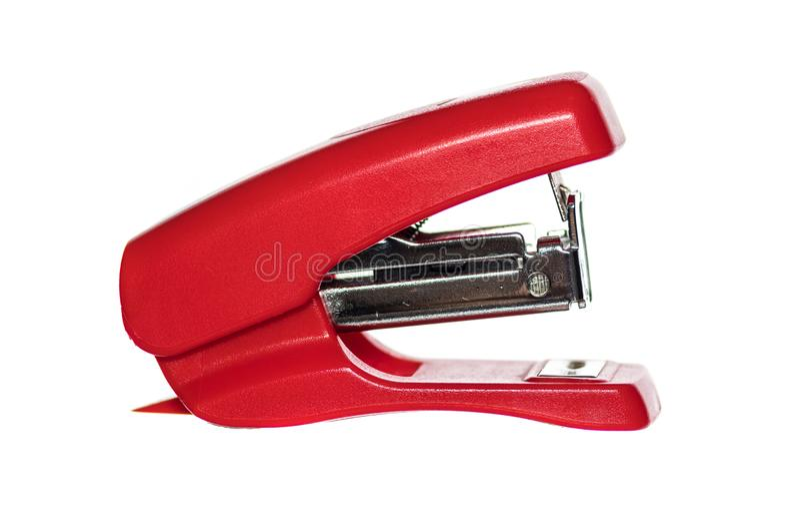 在白色背景的小短的红色订书机 免版税库存照片