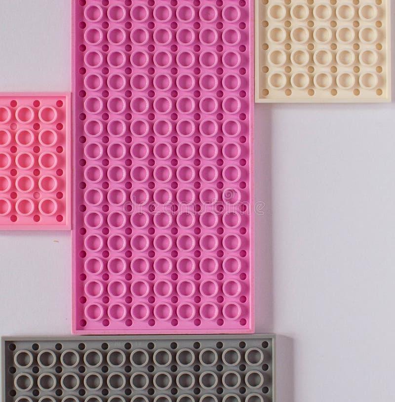 在白色背景的桃红色建设者 纹理 简单派概念,平的位置,顶视图,背景 免版税库存图片