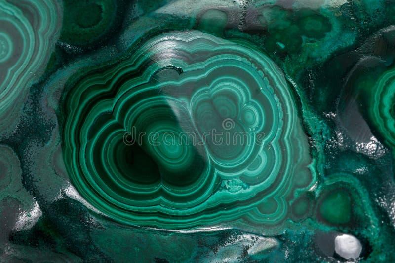 在白色背景的绿沸铜宏观矿物石头 免版税库存图片