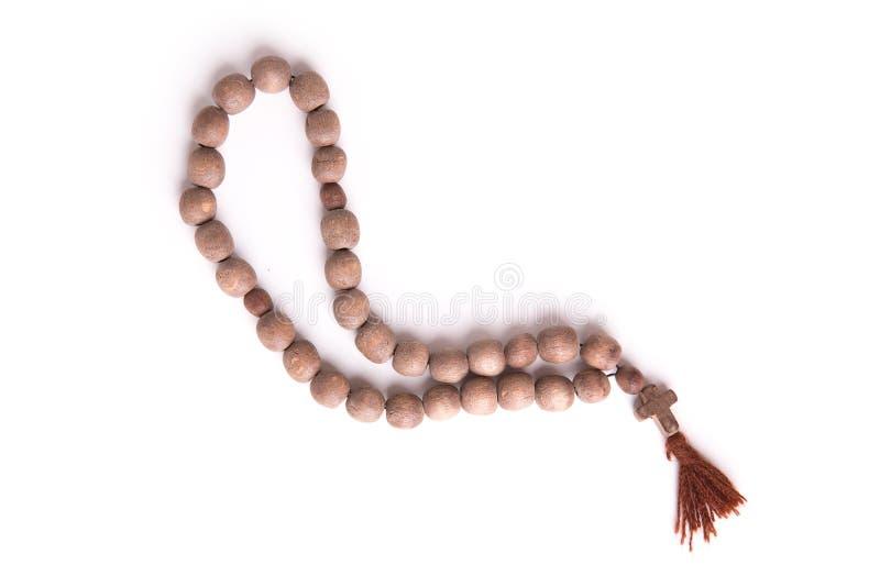 在白色背景隔绝的木念珠项链 免版税库存图片