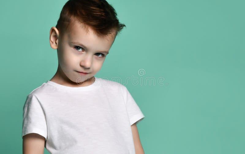 在白色背景隔绝的愉快的快乐的美丽的男孩画象  库存图片