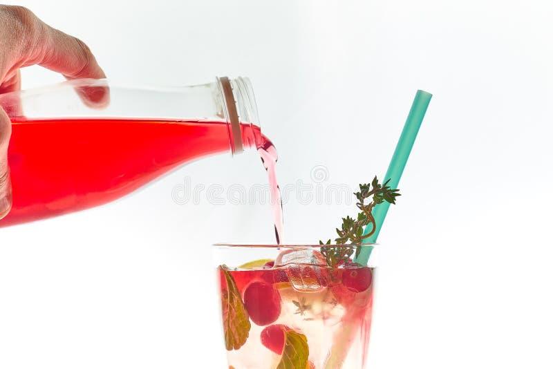 在白色隔绝的吊索的冷的薄荷的莓果鸡尾酒 复制空间 与秸杆的夏天刷新的饮料 自由空间为 库存照片