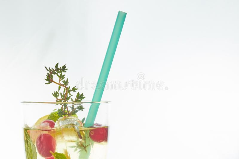 在白色隔绝的吊索的冷的薄荷的莓果鸡尾酒 复制空间 与秸杆的夏天刷新的饮料 自由空间为 免版税库存照片